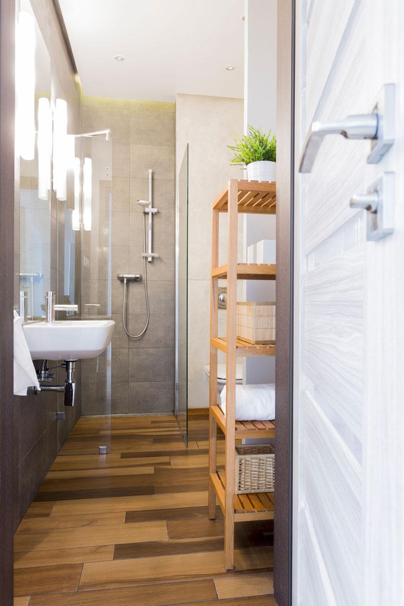Bagno piccolo stretto come arredarlo man casa for Elementi bagno