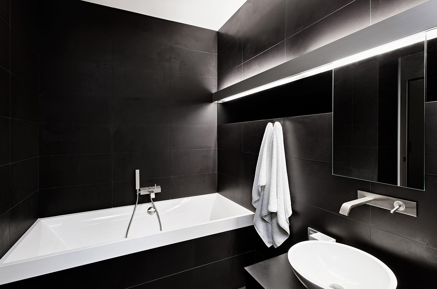 Arredo di un bagno quadrato: consigli per valorizzare lo spazio